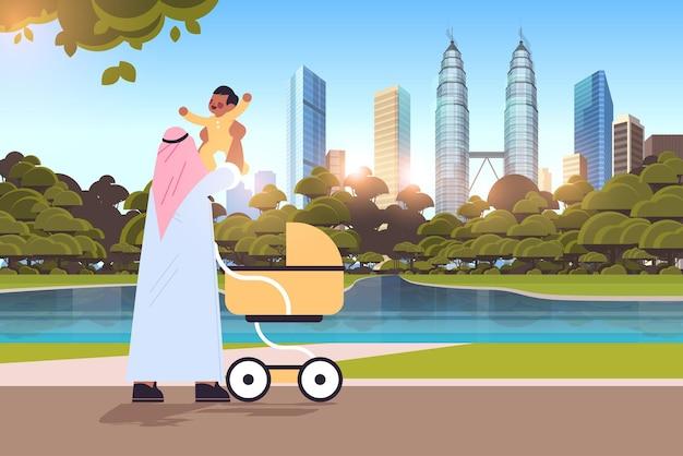 幼い息子の父性の子育ての概念を保持しているアラブの父彼の子供の街並みの背景の完全な長さの水平方向のベクトル図と屋外で歩くお父さん