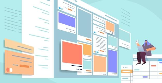 Арабский человек-разработчик с помощью смартфона, создающего мобильное приложение, интерфейс пользовательского интерфейса, разработка веб-приложений, программа, концепция оптимизации программного обеспечения, горизонтальная полная длина, векторная иллюстрация