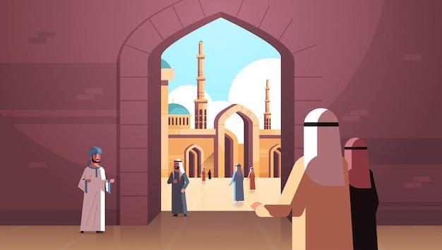 아랍 사람들이 나 바위 모스크 건물 이슬람 종교 개념 후면보기 아랍어 옷 전통 옷 라마단 카림 거룩한 달 가로 평면에오고