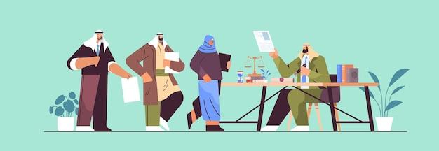 서명 및 합법화 문서를 위해 변호사 사무실을 방문하는 아랍 사람들은 법적 문서 공증인 공개 개념 수평 전체 길이 벡터 일러스트 레이 션을 스탬핑