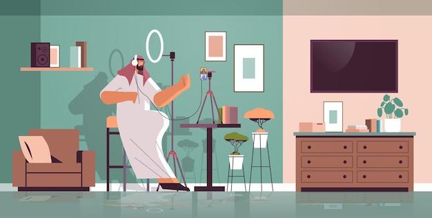 Арабский подкастер разговаривает с микрофоном, записывая видеоблог в студии, подкастинг, онлайн-радио, прямая трансляция.