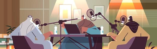 Арабские подкастеры разговаривают в микрофоны записывают подкаст в студии подкастинг онлайн-радиовещание концепция портрет горизонтальная векторная иллюстрация