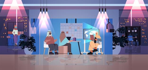 Арабские усталые бизнесмены, работающие вместе в творческом центре коворкинга, концепция совместной работы, темная ночь, интерьер офиса, горизонтальная полная длина, векторная иллюстрация
