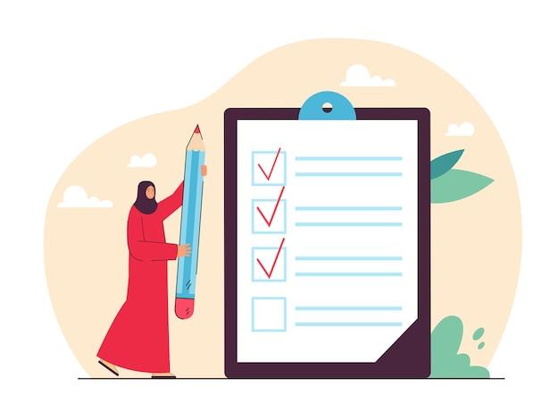 Donna araba in hijab che tiene matita gigante accanto alla lista di controllo. personaggio femminile musulmano che controlla l'illustrazione piana delle attività