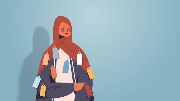 Арабская женщина с яркими ярлыками на этикетках на одежде, неравенство, концепция расовой дискриминации, арабский женский мультипликационный персонаж в традиционной одежде