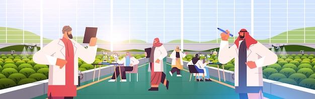 温室農業科学者スマート農業の概念水平ベクトル図で植物を研究しているアラビアの農業エンジニア