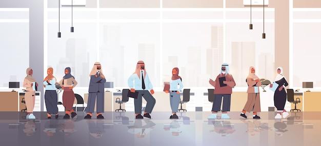 一緒に立っているアラブのビジネスマンの会議中に議論するアラビアのビジネスマン成功したチームコンセプトオフィスインテリア全身イラスト