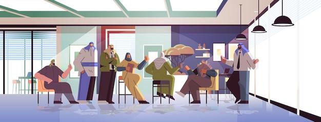 Команда арабских бизнесменов обсуждает во время встречи конференции успешная совместная работа мозговой штурм концепция горизонтальная полная длина векторная иллюстрация