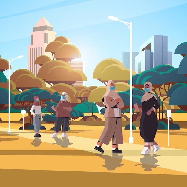 コロナウイルスパンデミックcovid-19検疫の概念を防ぐために保護マスクを身に着けているアラビアのビジネスマン屋外の街並みの背景の完全な長さの図を歩くアラブのビジネスマン