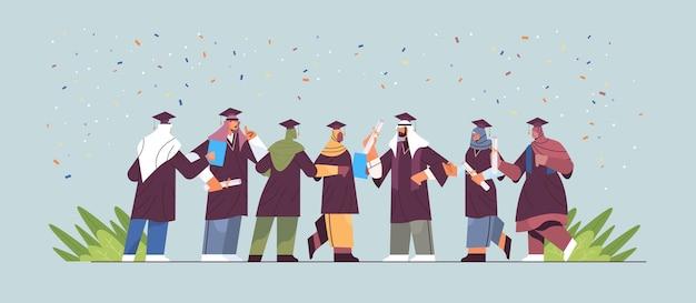 Арабские выпускники, стоящие вместе арабские выпускники празднуют академический диплом, образование, университетский сертификат, концепция, горизонтальная полная длина, векторная иллюстрация