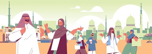 伝統的な服を着てアラビア語の人々が屋外を歩いて一緒に時間を費やしてデジタルデトックスコンセプトアラブアラブの男性女性がソーシャルネットワークの街並み横肖像画イラストを放棄