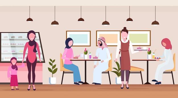 伝統的な服を着てアラブのゲストを提供するモダンなカフェショップウェイトレスに座っているアラビア人の訪問者ベーカリーカフェテリアインテリア漫画のキャラクター全長フラット水平
