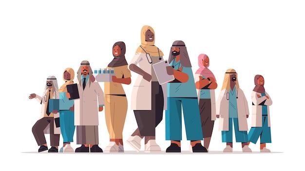 一緒に立っているアラブの医師との会議中に議論する医療専門家のアラビア語チーム医療ヘルスケアの概念水平全長ベクトル図