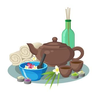 꽃과 특별한 숟가락이있는 파란색 그릇의 아로마 및 뷰티 컨셉 컬렉션, 둥근 컵이 달린 갈색 주전자, 내부 막대기가있는 녹색 투명 병, 흰색 부드러운 수건 및 둥근 양초