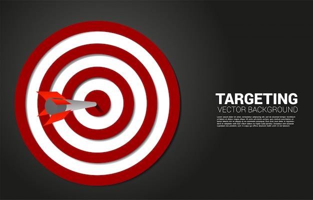 화살 양궁이 목표 중심에 닿았습니다. 마케팅 대상 및 고객의 비즈니스 개념 회사 비전 임무 및 목표