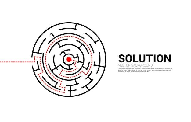 미로의 중심에 경로 경로가 있는 화살표. 문제 해결 및 솔루션 전략을 위한 비즈니스 개념