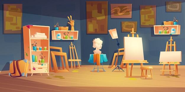 Художественная студия в классе с мольбертами, красками и кистями на полках, бюстом и картинами на стене