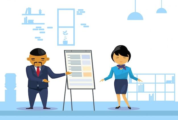 Азиатский бизнес мужчина и женщина, проведение презентации