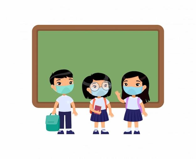 Азиатские ученики с медицинскими масками на лицах. мальчики и девочки одеты в школьную форму, стоя возле доски героев мультфильмов. защита от вирусов, концепция аллергии. векторная иллюстрация