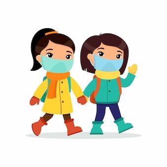 Азиатские школьницы идут в школу. пара учеников с медицинскими масками на лицах с героями мультфильмов.