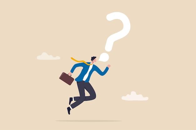 答えや解決策を見つけるためにビジネスの質問をし、仕事の問題の概念のサポートを得るために大声で話し、勇敢な自信を持っているビジネスマンは吹き出しの疑問符の記号で大声で話します。