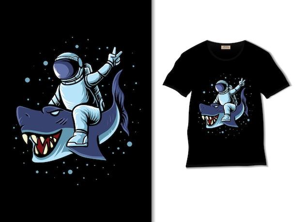 우주 비행사는 티셔츠 디자인으로 우주 삽화에서 푸른 상어를 몰다