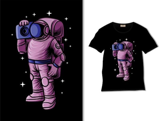 Tシャツのデザインとラジオテープのイラストを保持している宇宙飛行士