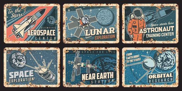 Космонавт, космический корабль и спутники ржавые пластины. ржавые жестяные знаки вектор исследования космического пространства, орбиты или галактики. космонавт и шаттл в ретро-картах вселенной. старинные металлические бляшки