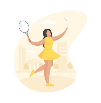 Привлекательная девушка играет в теннис на корте. спортивная (ый) молодая женщина в желтом платье качается ракеткой ударил мяч
