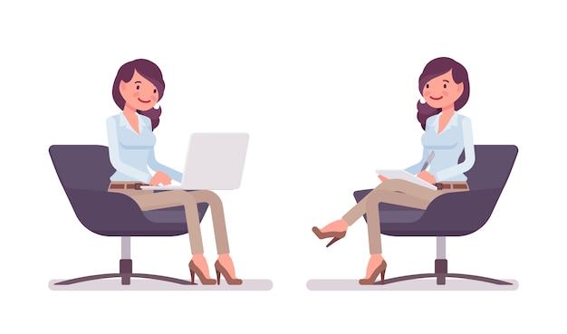 シャツを着たまま魅力的な若い女性、アームチェアに座ってリラックスしたラクダスキニーチノパンツ。ビジネススタイリッシュな作業服のトレンドとオフィスシティのファッション。スタイル漫画イラスト