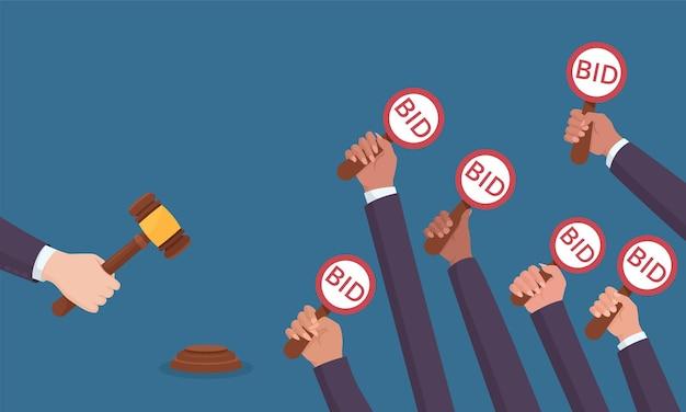 Аукционная продажа, конкуренция покупателей и юридическое финансирование торговли. рука человека-конкурента, держащая лопаточную пластину с текстом заявки и молотком аукциониста, чтобы закрыть сделку, векторная иллюстрация для аукциона и дизайна торгов
