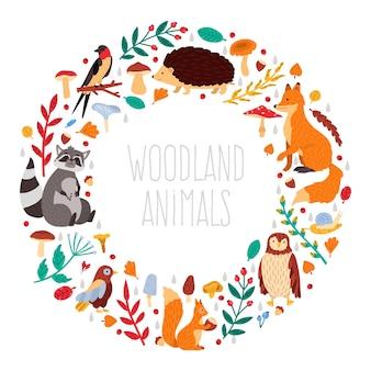 秋の動物の花輪。かわいい漫画の秋の動物、葉とキノコ、森の鳥と動物の花輪イラストアイコンセット。幼稚な森の動物、野生動物のアライグマ、ハリネズミ