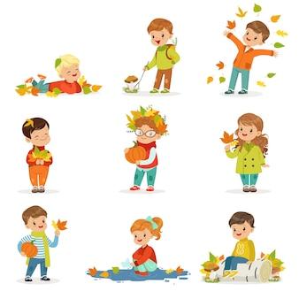 秋の子供たちの活動セット。秋に楽しい子供たち。葉を集めたり、遊んだり、葉を投げたり、キノコを摘んだり、カボチャを持ったり、地面に横たわったりします。幸せな子供時代。 。