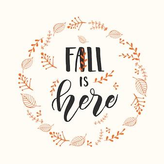 가을 레터링 서예 문구 - 가을이 왔습니다. 화환과 손이 있는 초대 카드는 동기 부여 인용구를 만들었습니다. 스케치, 벡터 디자인