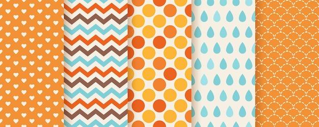 가을 패턴. . 매끄러운 질감입니다. 지그재그, 물방울 무늬, 하트 및 생선 비늘로 인쇄하십시오. 계절별 기하학적 배경을 설정하십시오. 화려한 만화 일러스트 레이 션. 귀여운 추상적 인 벽지. 플랫