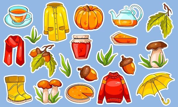 秋のセット。秋のアイテムの大規模なコレクションステッカー。カボチャ、お茶、レインコート、スカーフ、ブーツ、きのこ、どんぐりの漫画風。デザインと装飾のベクトルイラスト。