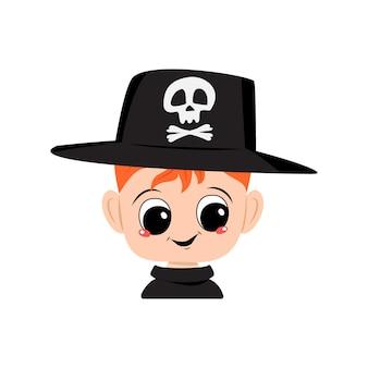 빨간 머리, 큰 눈, 두개골이 있는 모자를 쓰고 활짝 웃는 소년의 아바타. 즐거운 얼굴을 한 아이의 머리. 할로윈 파티 장식