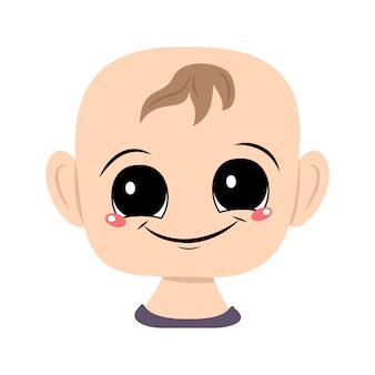 큰 눈과 활짝 웃는 아이의 아바타. 즐거운 얼굴을 가진 유아의 머리