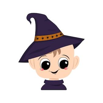 거미가 달린 뾰족한 마녀 모자를 쓰고 큰 눈과 활짝 웃는 아이의 아바타. 즐거운 얼굴을 가진 유아의 머리입니다. 할로윈 파티 장식