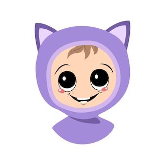 猫の帽子をかぶった大きな目と広い笑顔の子供のアバター。秋冬の頭飾りにうれしそうな顔をしたかわいい子供。幸せな感情を持つ愛らしい赤ちゃんの頭