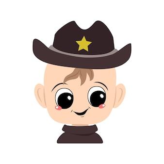 노란 별이 있는 보안관 모자를 쓰고 큰 눈과 활짝 웃는 아이의 아바타. 카니발 의상을 입고 즐거운 얼굴을 한 귀여운 아이. 행복한 감정을 가진 사랑스러운 아기의 머리