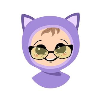 眼鏡、大きな目、猫の帽子をかぶった広い笑顔を持つ子供のアバター。秋冬の頭飾りにうれしそうな顔をしたかわいい子供。幸せな感情を持つ愛らしい赤ちゃんの頭