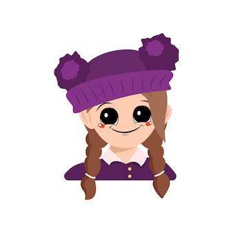 큰 눈을 가진 소녀의 아바타와 아이의 pompom 머리가있는 보라색 모자에 넓은 행복한 미소 ...