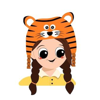 虎の帽子をかぶった大きな目と広い笑顔の少女のアバター。新年、クリスマス、ホリデーのお祝いの衣装で楽しい顔をしたかわいい子供。幸せな感情を持つ愛らしい子供の頭