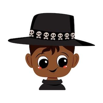 검은 피부, 큰 눈, 두개골이 있는 모자를 쓰고 행복한 미소를 짓고 있는 아프리카계 미국인 소년의 아바타. 즐거운 얼굴을 한 아이의 머리. 할로윈 파티 장식