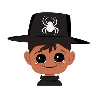 黒い肌、大きな目、クモの帽子をかぶった広い幸せな笑顔を持つアフリカ系アメリカ人またはラテン系の少年のアバター。うれしそうな顔をした子供の頭。ハロウィーンパーティーの装飾