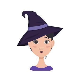 검은 머리, 놀라운 감정, 열린 눈 얼굴, 둥근 입, 마녀 모자를 쓴 아시아 여성의 아바타. 의상을 입은 할로윈 캐릭터