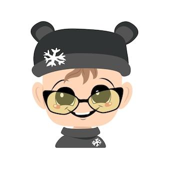 큰 눈을 가진 아이의 아바타는 큰 눈웃음과 곰 모자에 안경을 쓰고 즐거운 표정으로 눈송이 귀여운 아이입니다.