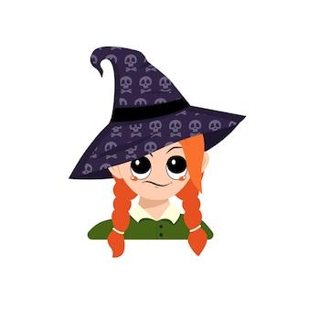 두개골이 있는 뾰족한 마녀 모자에 큰 눈과 의심스러운 감정을 가진 소녀의 아바타. 얼굴을 가진 유아의 머리입니다. 할로윈 파티 장식