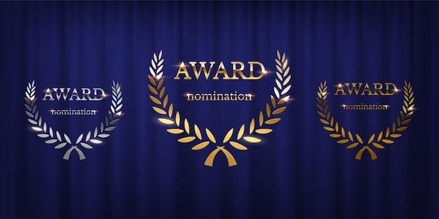 Знаки награды с лавровым венком, изолированные на синем фоне занавеса